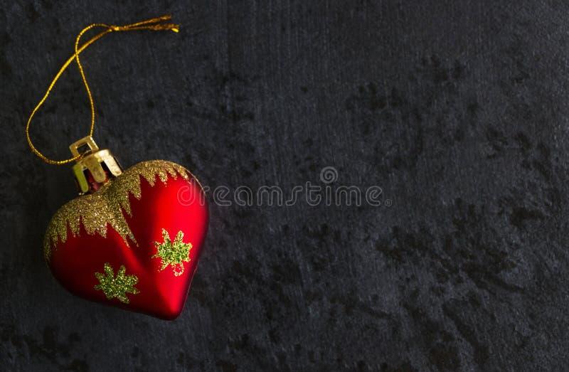 Φόντο της Πρωτοχρονιάς με κόκκινο παιχνίδι σε σκούρο φόντο στοκ φωτογραφίες
