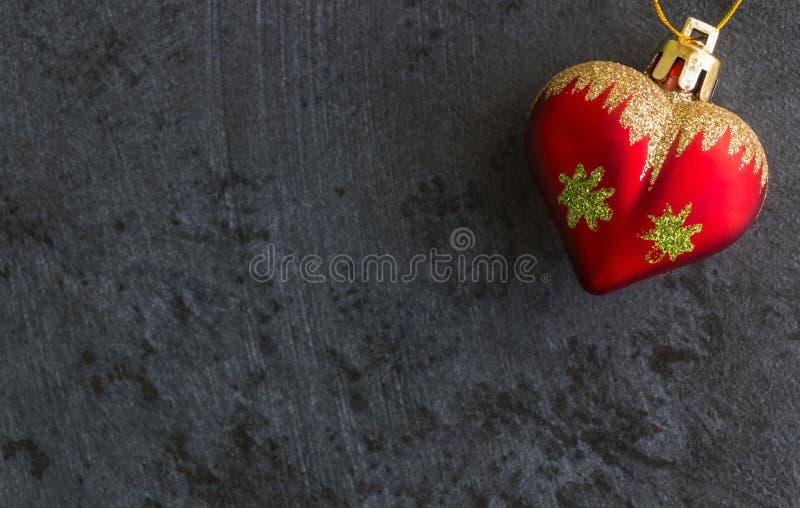 Φόντο της Πρωτοχρονιάς με κόκκινο παιχνίδι σε σκούρο φόντο στοκ φωτογραφία με δικαίωμα ελεύθερης χρήσης