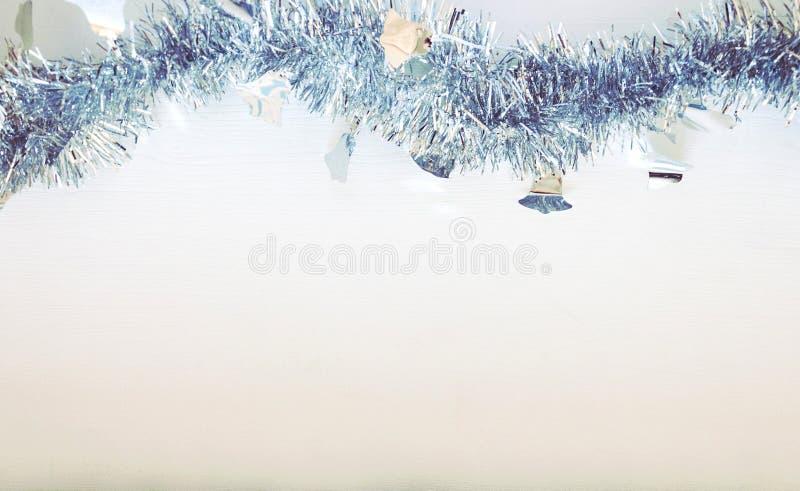 Φόντο του νέου έτους με λευκό και μπλε γκάρλαντ στοκ εικόνες με δικαίωμα ελεύθερης χρήσης