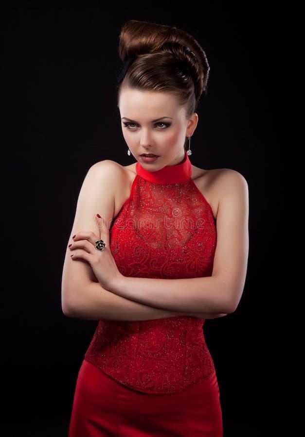 φόρεμα νυφών που θέτει το pretyy κόκκινο γάμο στούντιο στοκ εικόνες
