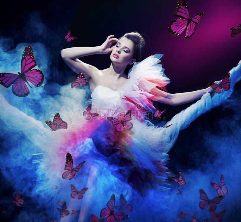 φόρεμα ομορφιάς που φορά τ& στοκ φωτογραφία με δικαίωμα ελεύθερης χρήσης