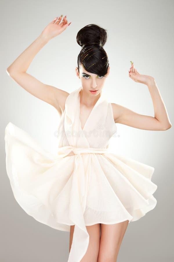 φόρεμα που πετά τις ελαφριές πολυτελείς νεολαίες γυναικών στοκ εικόνες με δικαίωμα ελεύθερης χρήσης