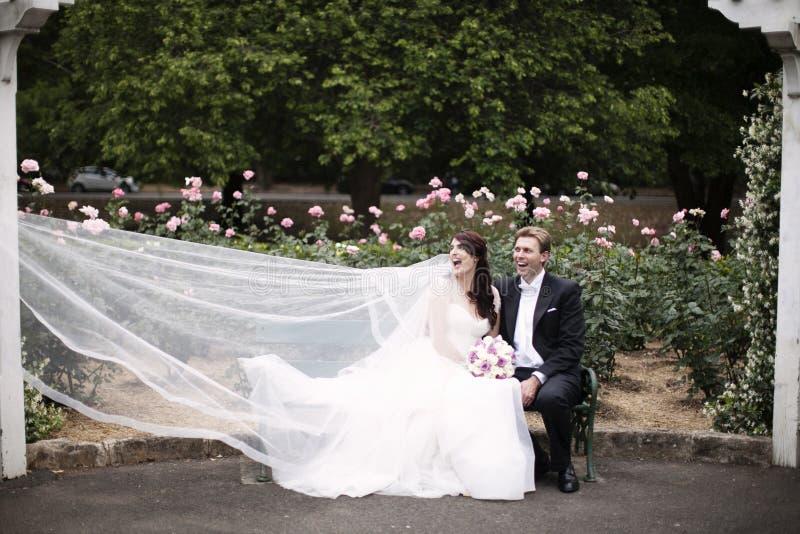 Φόρεμα που πιάνεται γαμήλιο από τον αέρα στοκ φωτογραφία με δικαίωμα ελεύθερης χρήσης