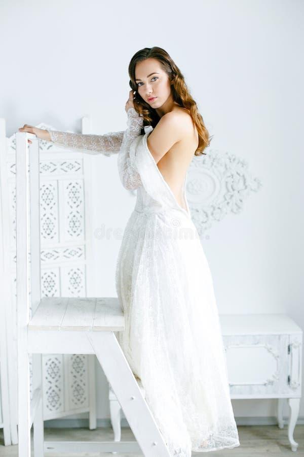 φόρεμα που φορά τη λευκή γ& στοκ φωτογραφία με δικαίωμα ελεύθερης χρήσης