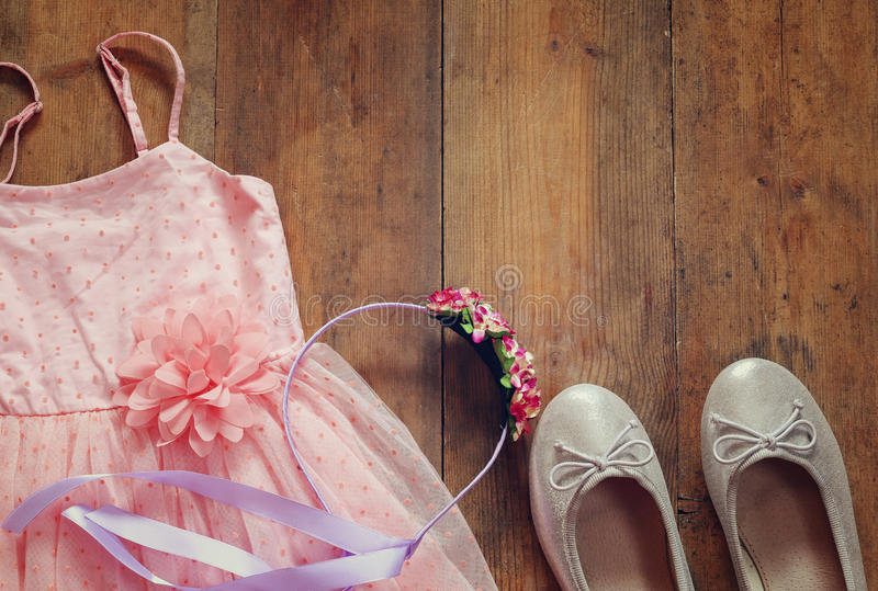 Φόρεμα του εκλεκτής ποιότητας κοριτσιού σιφόν στο ξύλινο υπόβαθρο στοκ εικόνες