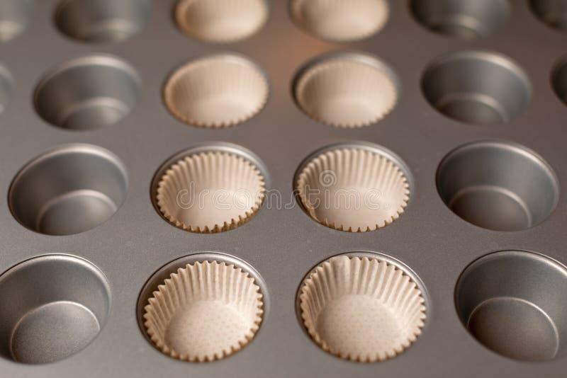 Φόρμα μετάλλων για την κατασκευή muffins Εξοπλισμός κουζινών για τα cupcakes στοκ εικόνα