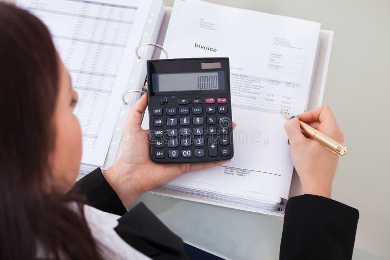 Φόρος υπολογισμού λογιστών στο γραφείο στοκ εικόνα με δικαίωμα ελεύθερης χρήσης