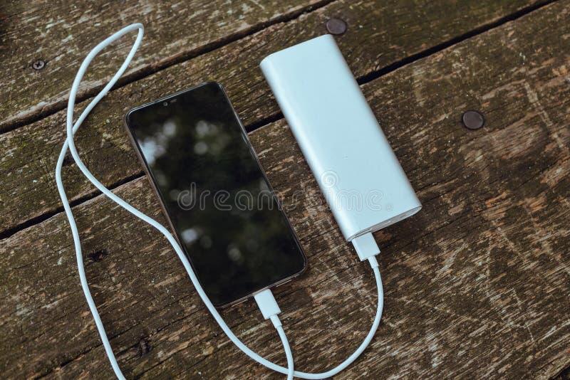 Φόρτιση του κενού smartphone μπαταριών με την τράπεζα δύναμης στοκ εικόνες με δικαίωμα ελεύθερης χρήσης