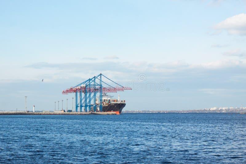 Φόρτωση σκαφών Bulck στο τερματικό φορτίου στοκ εικόνα με δικαίωμα ελεύθερης χρήσης