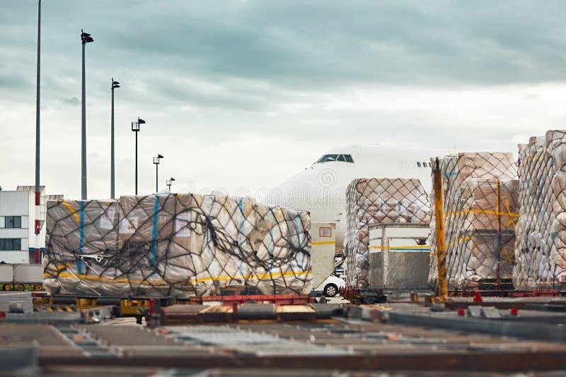 Φόρτωση του αεροπλάνου φορτίου στοκ φωτογραφίες