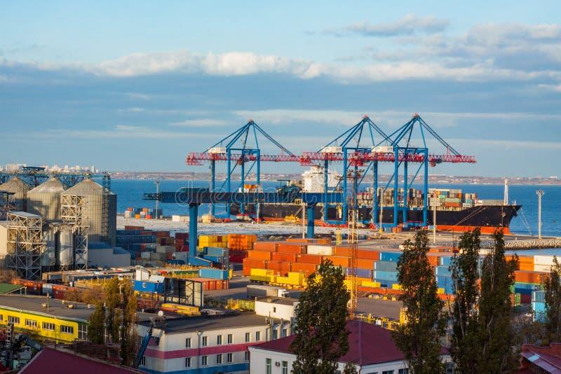 Φόρτωση του φορτηγού πλοίου στο θαλάσσιο λιμένα στοκ φωτογραφία με δικαίωμα ελεύθερης χρήσης