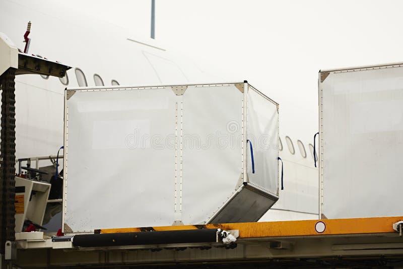 Φόρτωση των εμπορευματοκιβωτίων φορτίου στοκ εικόνα με δικαίωμα ελεύθερης χρήσης