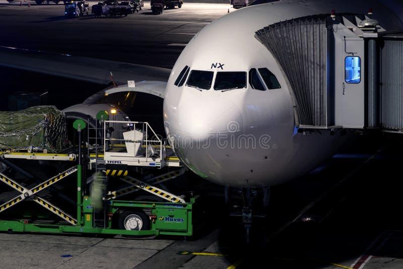 Φόρτωση φορτίου αεροπλάνων IST αερολιμένων της Ιστανμπούλ Ataturk στοκ φωτογραφίες με δικαίωμα ελεύθερης χρήσης