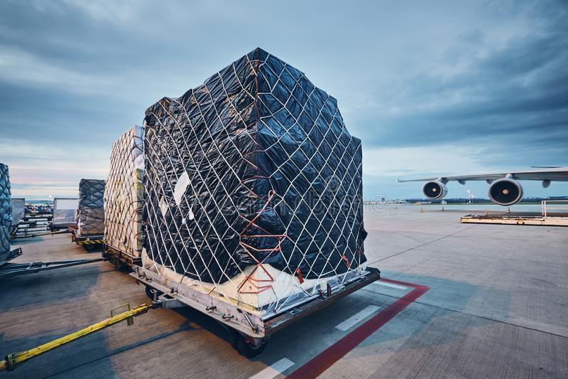 φόρτωση φορτίου αεροπλάν&om στοκ εικόνα με δικαίωμα ελεύθερης χρήσης