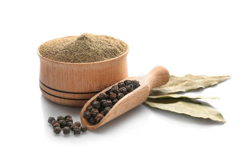 Φύλλα κόλπων, σέσουλα με τα μαύρα σιτάρια πιπεριών και κύπελλο της σκόνης στοκ εικόνες με δικαίωμα ελεύθερης χρήσης