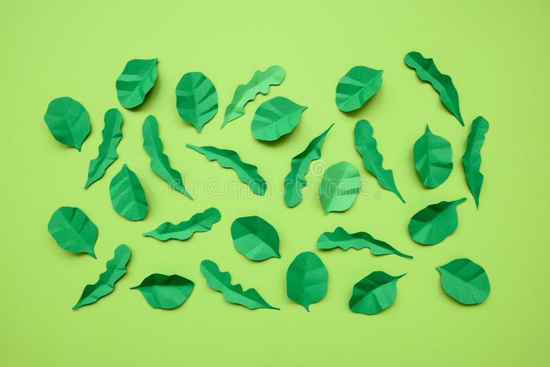 Φύλλα σπανακιού και arugula που γίνονται από το έγγραφο για το πράσινο υπόβαθρο Έννοια ελάχιστης, δημιουργικής, vegan, υγιούς ή τ στοκ φωτογραφία με δικαίωμα ελεύθερης χρήσης