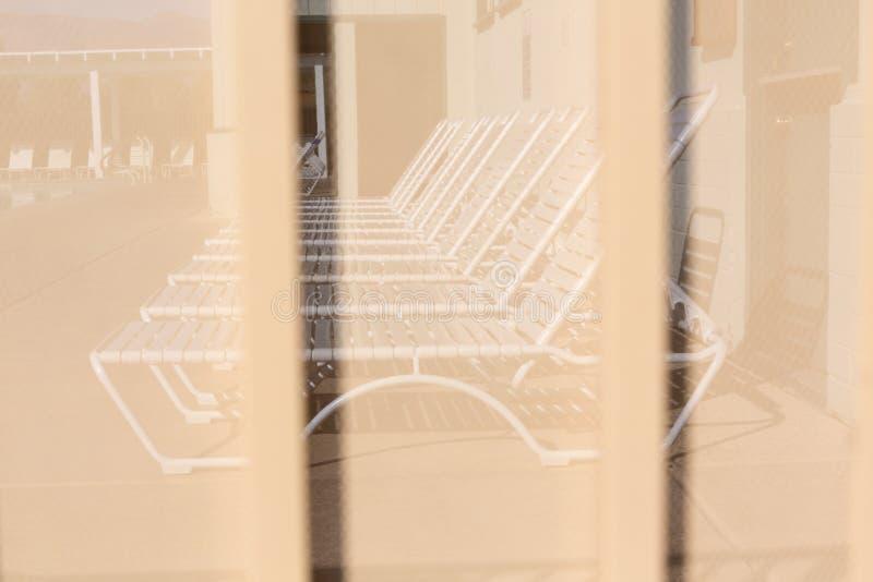 Φύλλο ανασκόπησης του μετάλλου που καλύπτεται με τις γραμμές κυκλικών τρυπών στοκ φωτογραφία