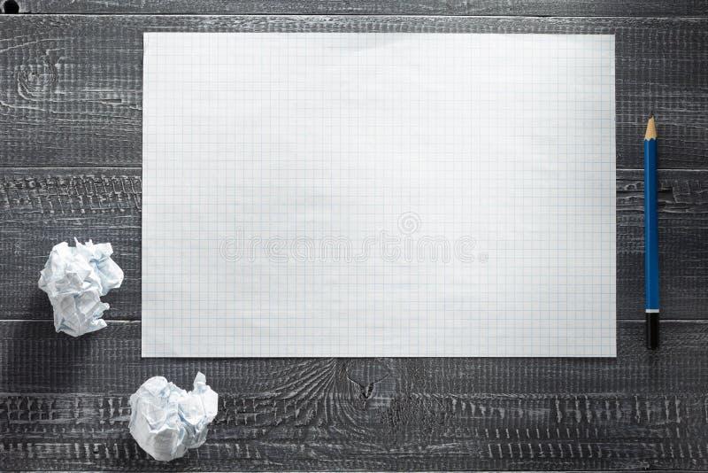 Φύλλο εγγράφου στο ξύλινο υπόβαθρο στοκ εικόνες με δικαίωμα ελεύθερης χρήσης