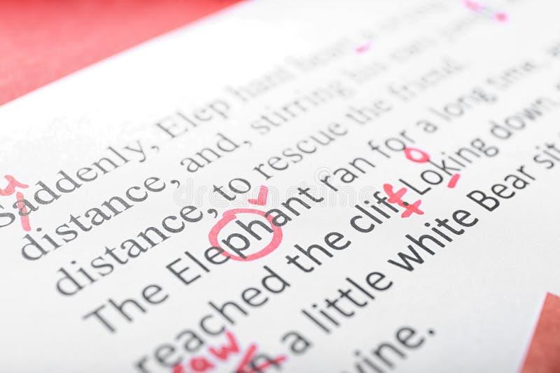 Φύλλο του εγγράφου με τα διορθωμένα λάθη στο κείμενο, κινηματογράφηση σε πρώτο πλάνο στοκ φωτογραφία