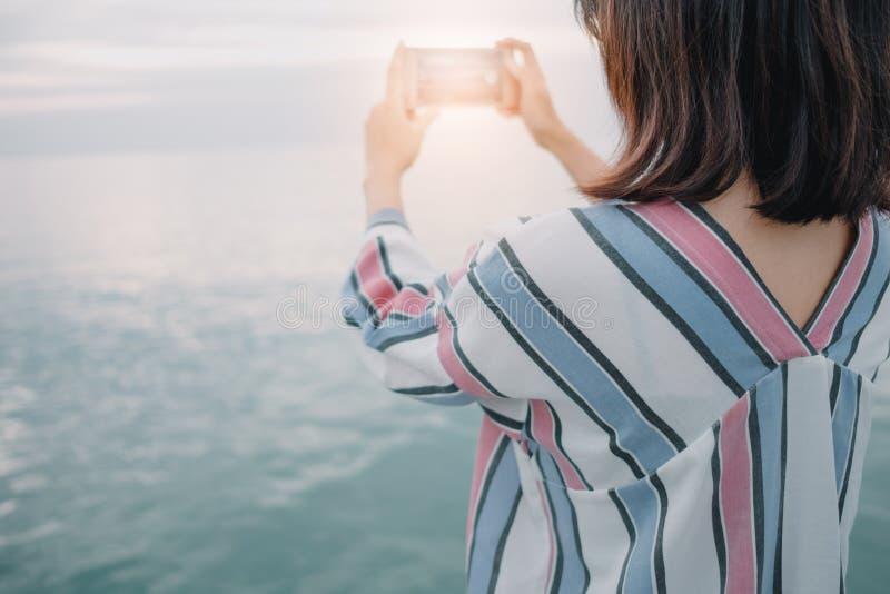 Φύσης υποβάθρου νέο γυναικών κινητό τηλέφωνο ε εκμετάλλευσης στάσεων μόνο στοκ φωτογραφία με δικαίωμα ελεύθερης χρήσης