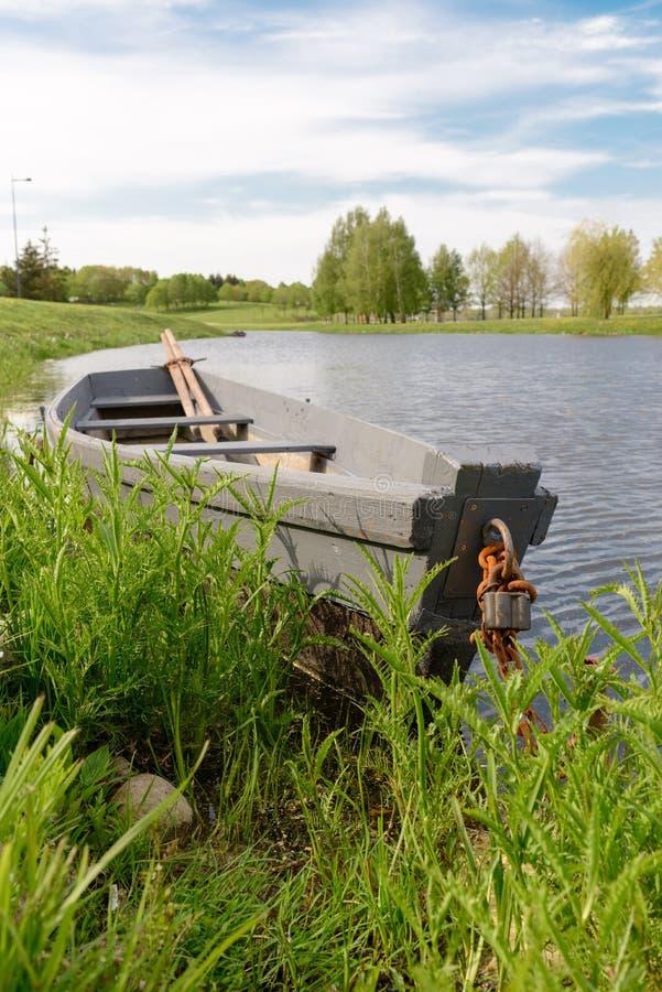Φύση και βάρκα στο συμπαθητικό νερό στοκ εικόνες