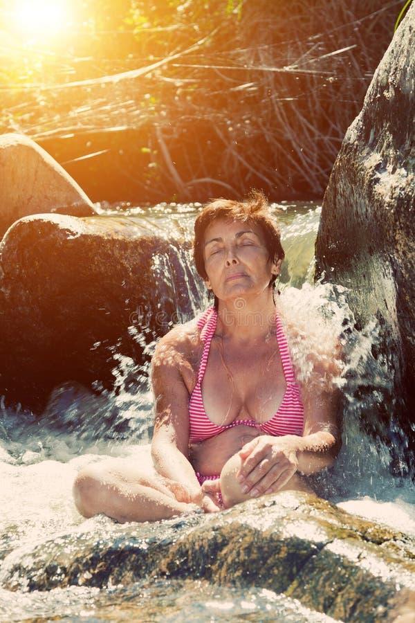 φύση που χαλαρώνει την ανώτερη γυναίκα στοκ εικόνα