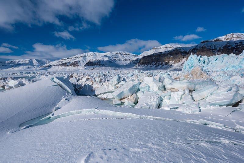 Φύση τοπίων του βουνού παγετώνων της αρκτικής ημέρας χειμερινής πολικής ηλιοφάνειας Spitsbergen Longyearbyen Svalbard στοκ εικόνες