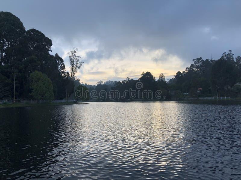 Φύση - φωτογραφία λιμνών που λαμβάνεται από το κέντρο της λίμνης στοκ εικόνες