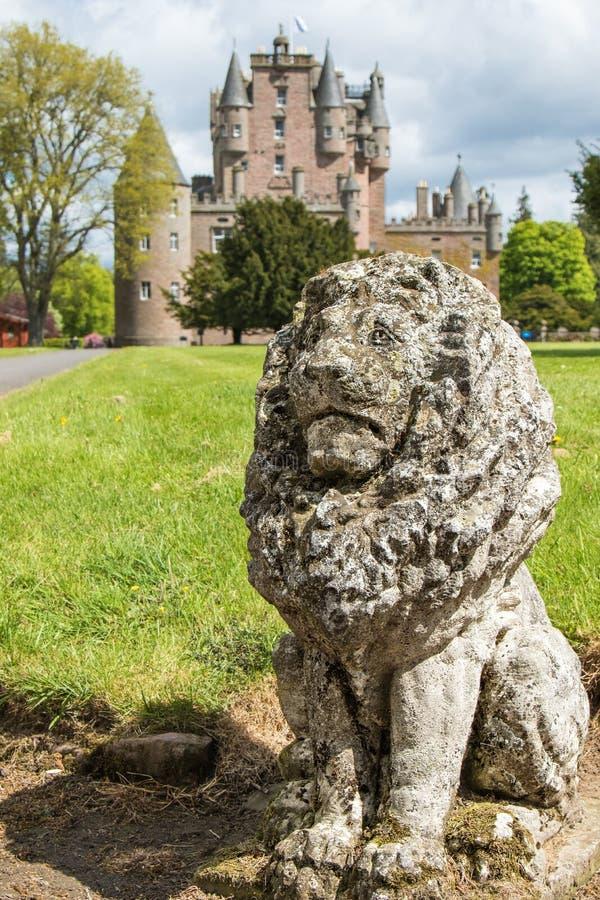 Φύλακας λιονταριών μπροστά από το κάστρο Glamis στοκ εικόνα με δικαίωμα ελεύθερης χρήσης