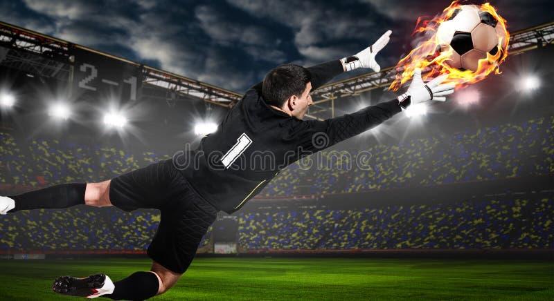 Φύλακας ποδοσφαίρου ή ποδοσφαίρου που πιάνει τη σφαίρα στοκ εικόνες με δικαίωμα ελεύθερης χρήσης