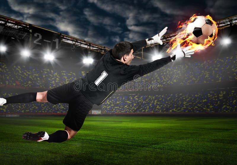 Φύλακας ποδοσφαίρου ή ποδοσφαίρου που πιάνει τη σφαίρα στοκ εικόνα