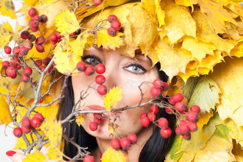 Φύλλα προσώπου και φθινοπώρου γυναίκας στοκ εικόνες