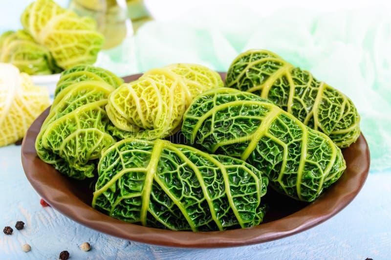 Φύλλα του λάχανου κραμπολάχανου που γεμίζονται με τον κιμά και το ρύζι στοκ φωτογραφίες