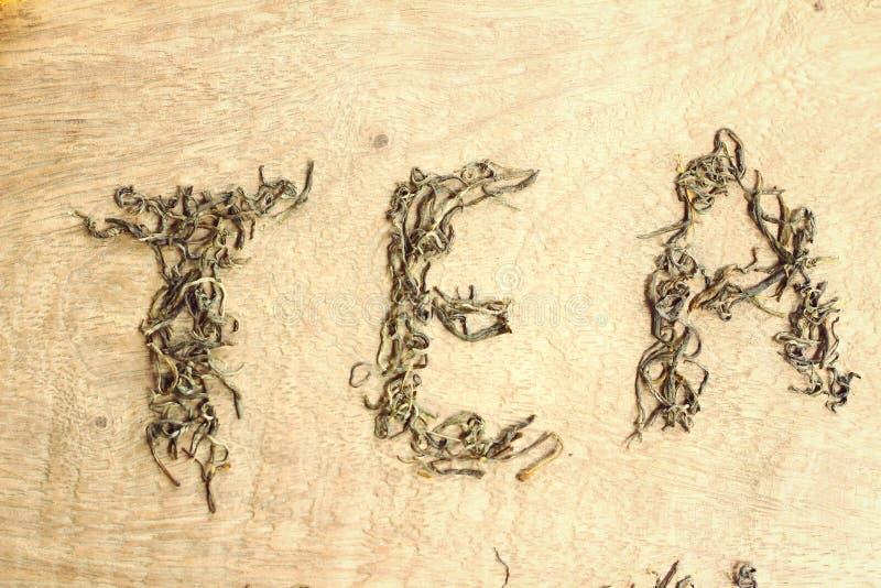 Φύλλα τσαγιού και τσάι λέξης στοκ φωτογραφία με δικαίωμα ελεύθερης χρήσης