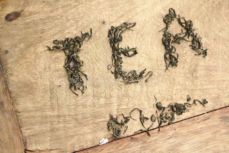 Φύλλα τσαγιού και τσάι λέξης στοκ φωτογραφίες με δικαίωμα ελεύθερης χρήσης