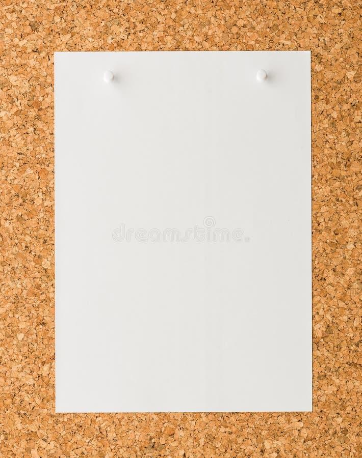Φύλλο σημειώσεων της Λευκής Βίβλου με την άσπρη καρφίτσα ώθησης στον πίνακα φελλού στοκ εικόνες με δικαίωμα ελεύθερης χρήσης