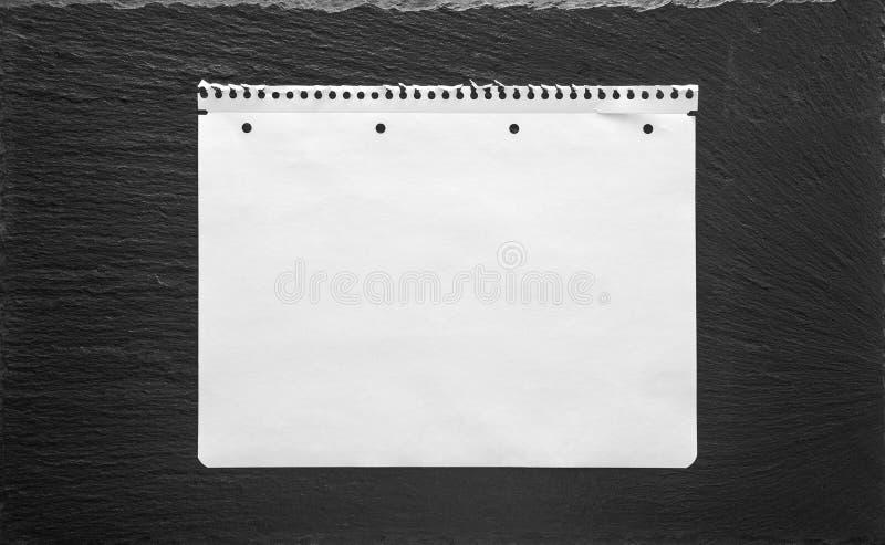 Φύλλο της Λευκής Βίβλου στο μαύρο υπόβαθρο Σελίδα σχολικών βιβλίων στοκ εικόνες με δικαίωμα ελεύθερης χρήσης