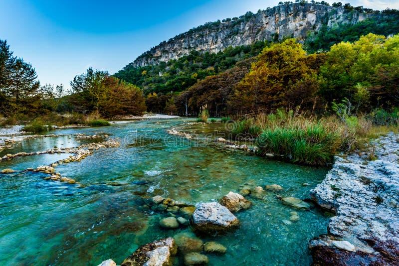 Φύλλωμα πτώσης στο κρύσταλλο - σαφής ποταμός Frio στο Τέξας στοκ εικόνες