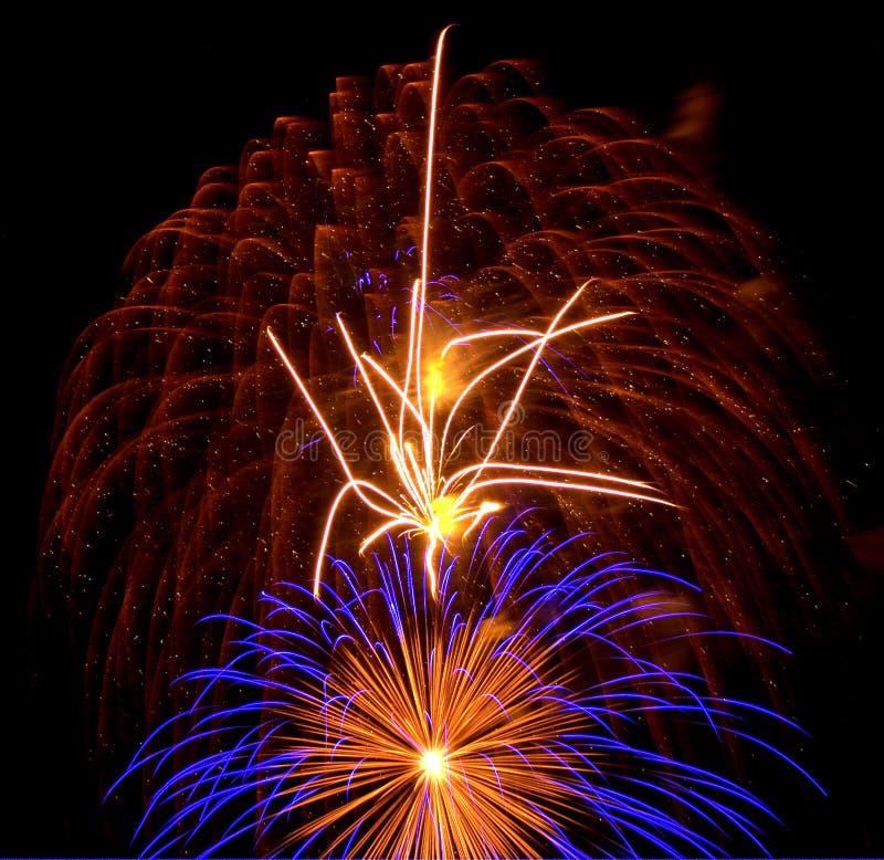 Φλεμένος πυροτεχνήματα με την μπλε δευτεροβάθμια έκρηξη στοκ εικόνα