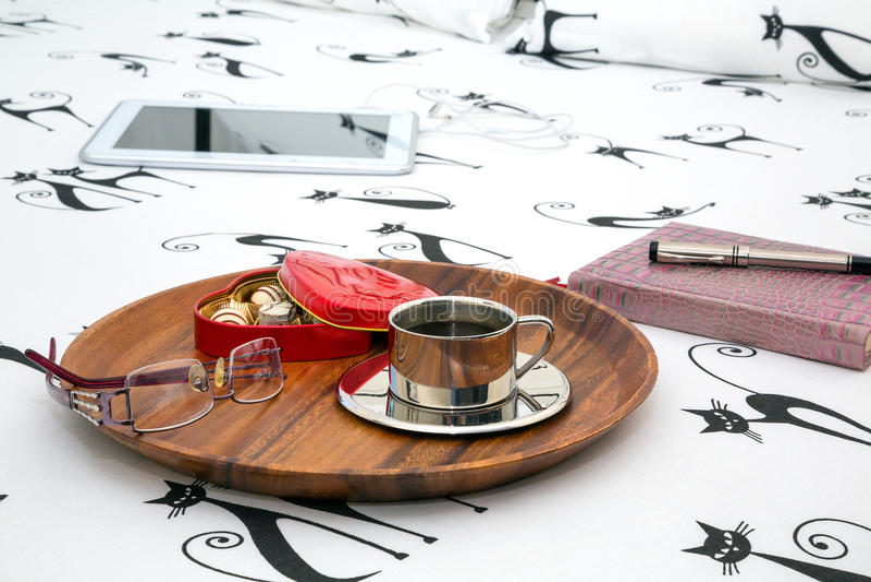 Φλιτζάνι του καφέ, γυαλιά ματιών, σημειωματάριο στοκ εικόνες