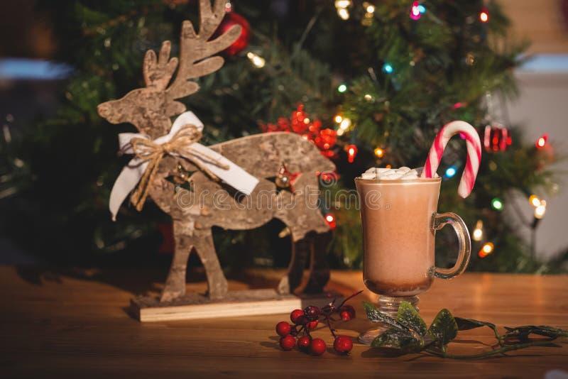 Φλιτζάνι του καφέ και διακόσμηση Χριστουγέννων στον ξύλινο πίνακα στοκ εικόνες