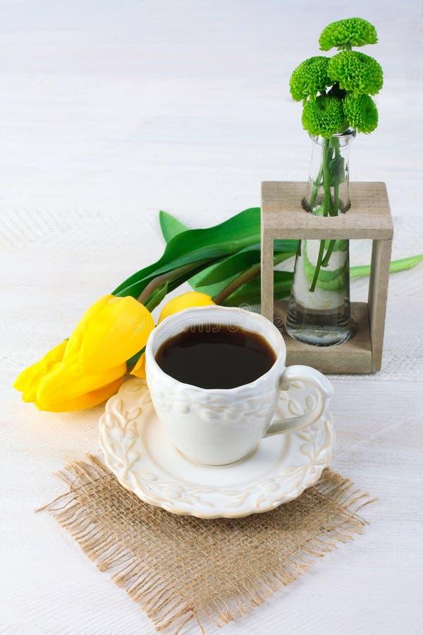 Φλιτζάνι του καφέ και λουλούδια στοκ εικόνες
