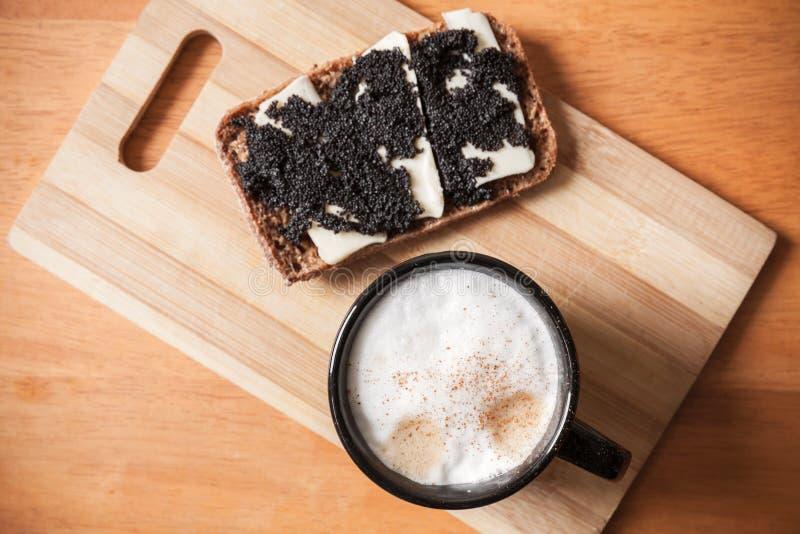 Φλιτζάνι του καφέ και σάντουιτς με το χαβιάρι στοκ φωτογραφίες