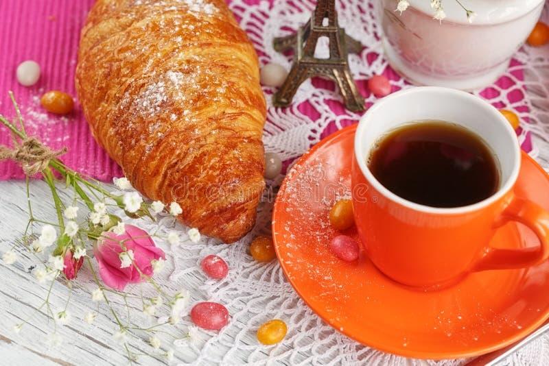 Φλιτζάνι του καφέ και croissant με το μικρό πύργο του Άιφελ στοκ φωτογραφία με δικαίωμα ελεύθερης χρήσης