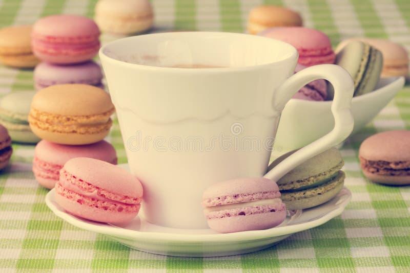 Φλιτζάνι του καφέ με τα γλυκά macaroon μπισκότα στοκ εικόνα με δικαίωμα ελεύθερης χρήσης
