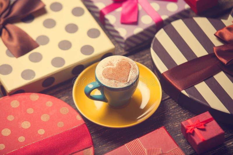 φλιτζάνι του καφέ με τα δώρα στοκ φωτογραφία με δικαίωμα ελεύθερης χρήσης