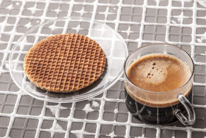 Φλιτζάνι του καφέ με την γκοφρέτα στο υπόβαθρο ανακούφισης οριζόντιο στοκ εικόνες