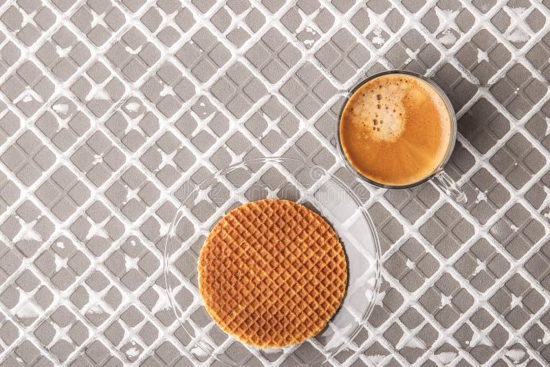 Φλιτζάνι του καφέ με την γκοφρέτα στο υπόβαθρο ανακούφισης στοκ φωτογραφία με δικαίωμα ελεύθερης χρήσης