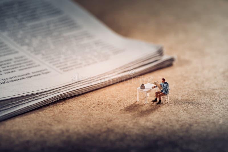 Φλιτζάνι του καφέ με την εφημερίδα στοκ εικόνα με δικαίωμα ελεύθερης χρήσης