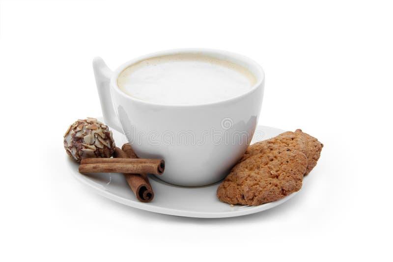 Φλιτζάνι του καφέ με την καραμέλα σοκολάτας, μπισκότα και cinnamons στοκ εικόνες με δικαίωμα ελεύθερης χρήσης